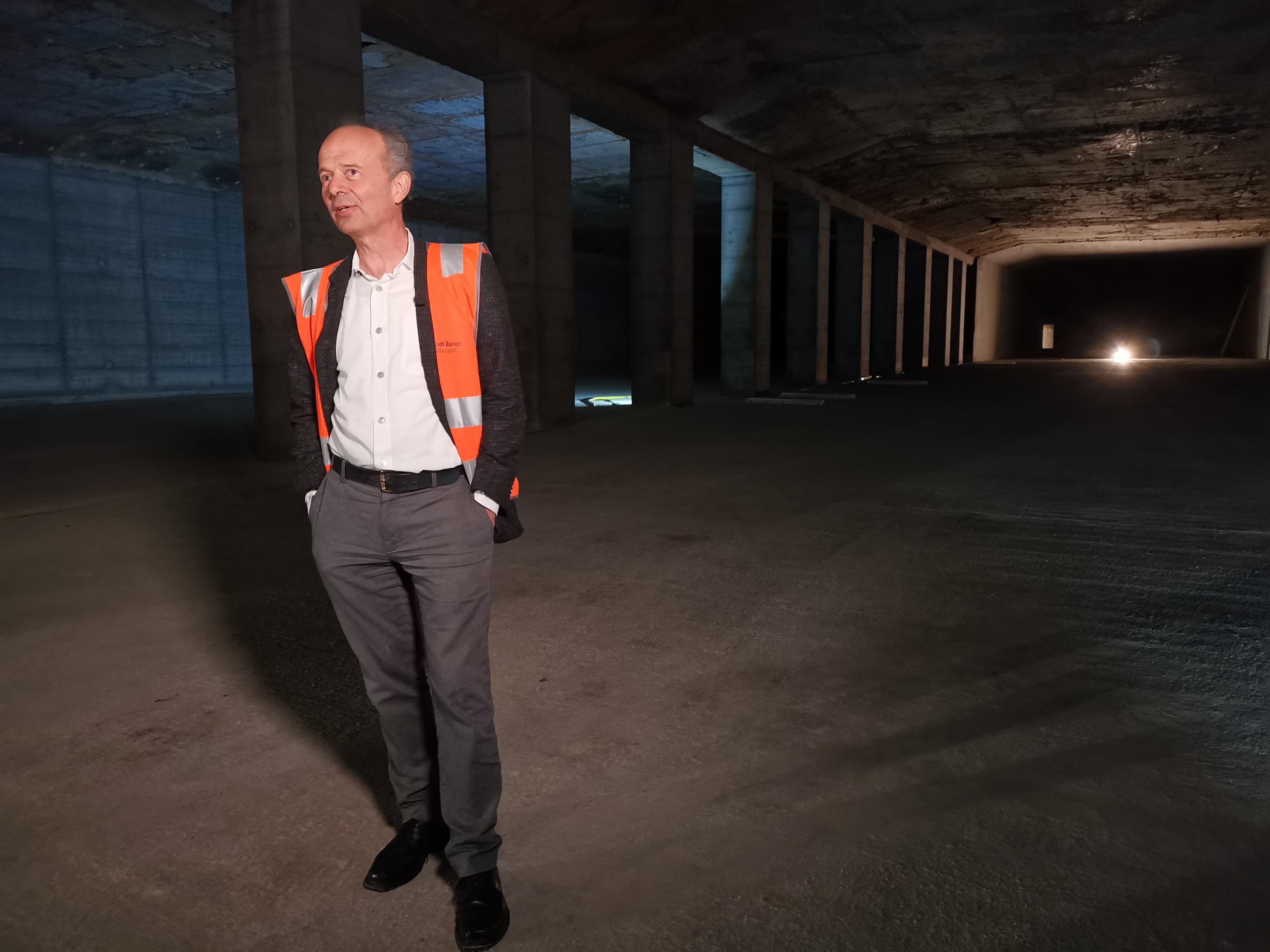 Stadtrat Richard Wolff im künftigen Velotunnel unter dem HB Zürich.