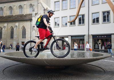Pro Velo - Instameet Biker auf Brunnenrand von @Spaghetti_Factory_Rosenhof